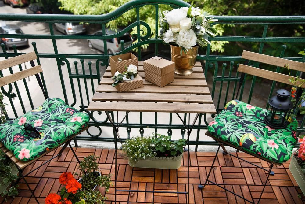 Rozkładane krzesła i stolik na balkonie