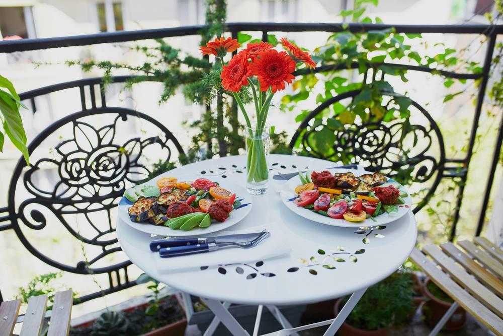 Posiłek jedzony na małym balkonie