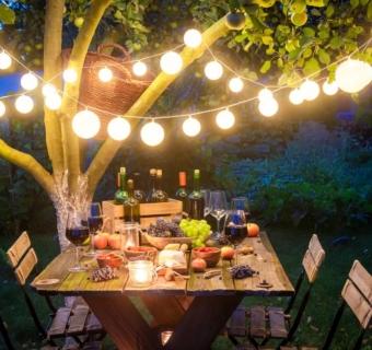 Sprytne sposoby na klimatyczne oświetlenie ogrodu i tarasu