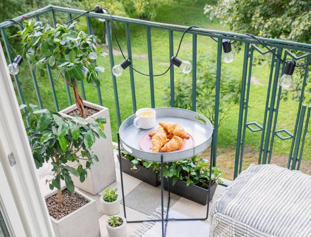 Girlanda z żarówek na balkonie