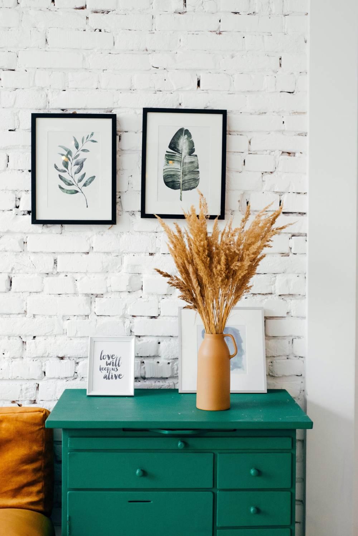 Biała cegła w stylu skandynawskim na ścianie