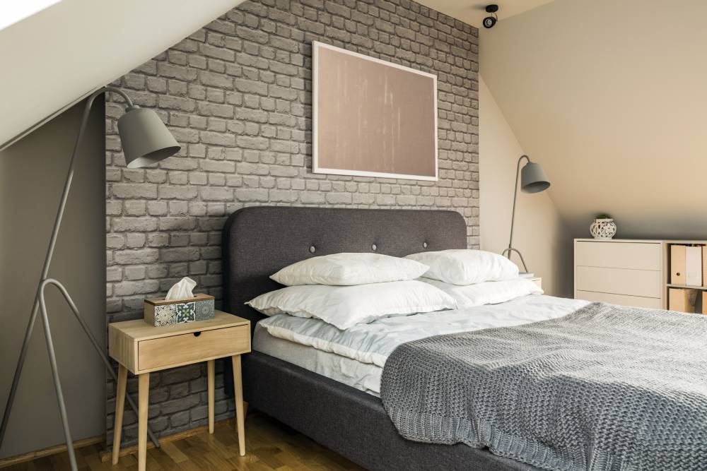 mała sypialnia ze skosami
