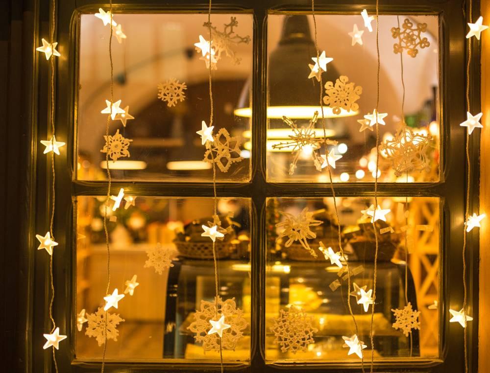 Girlandy lampek w oknie