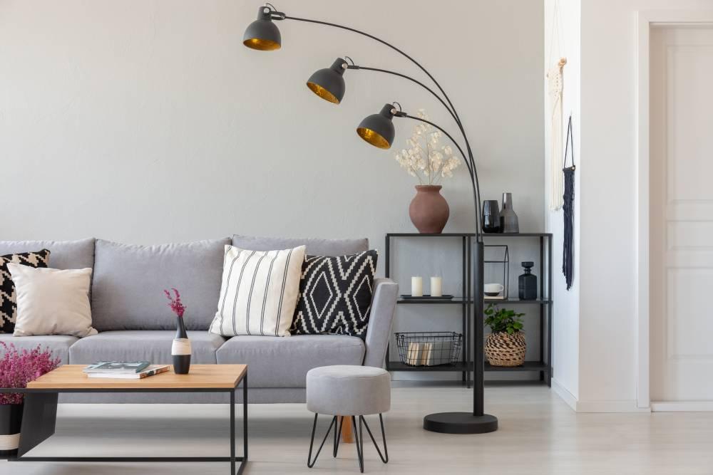 Metalowa lampa w salonie