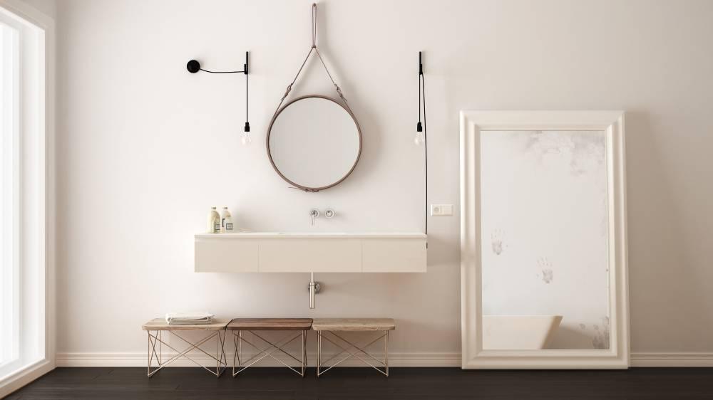 Stojące lustro w białej ramie