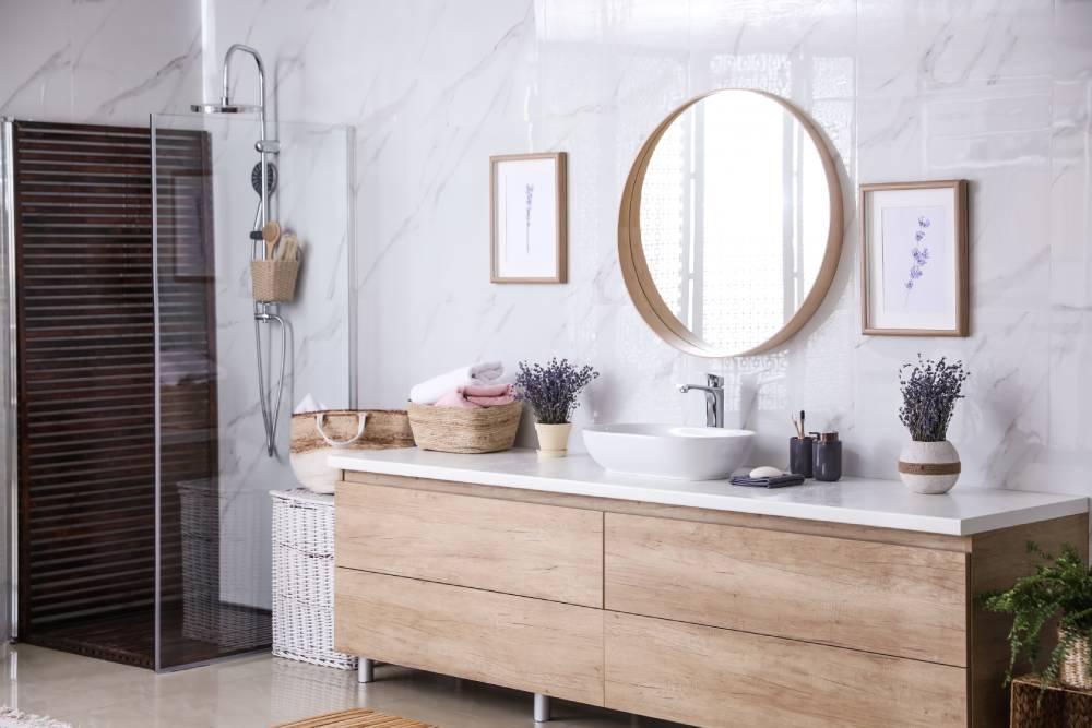 Łazienka z dekoracjami z lawendą