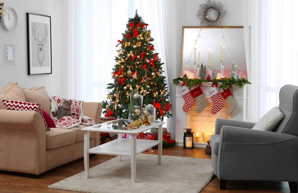 Salon z ozdobami bożonarodzeniowymi