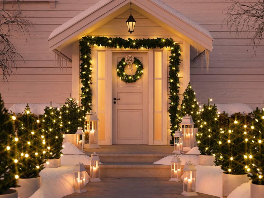 Dekoracje bożonarodzeniowe przed domem