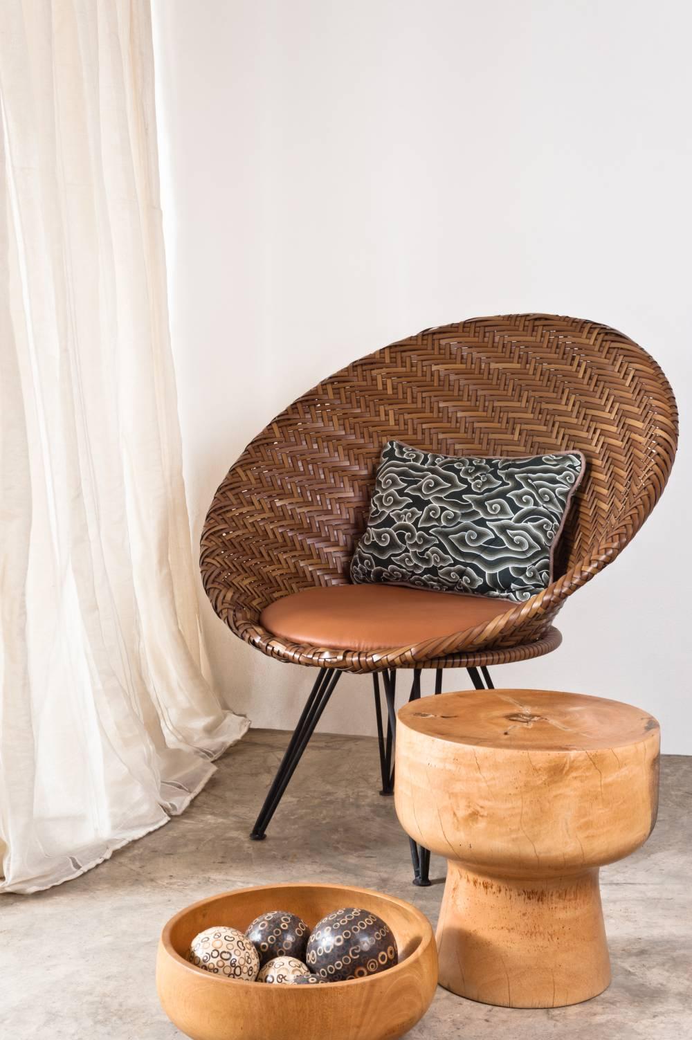 Fotel rattanowy w mieszkaniu