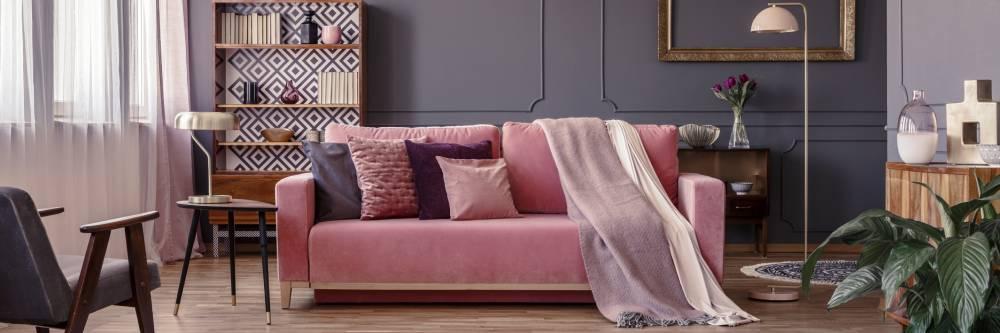 Pudrowo-różowa kanapa