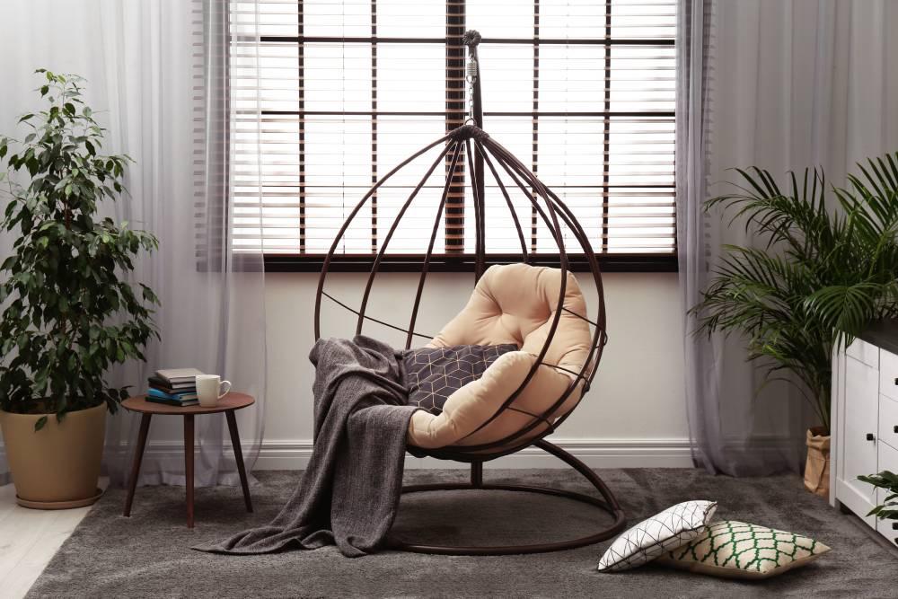 Fotel kokon w salonie